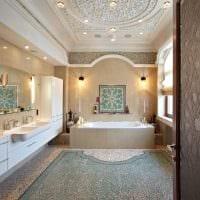 идея яркого интерьера ванной комнаты с окном фото
