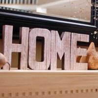 идея использования декоративных букв в дизайне спальни фото
