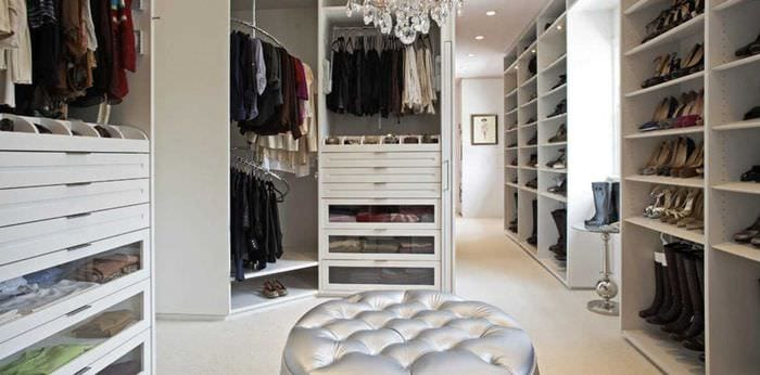 вариант красивого интерьера гардеробной