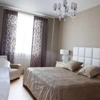 вариант яркого интерьера белой спальни фото