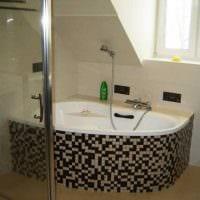 вариант современного интерьера ванной с угловой ванной картинка