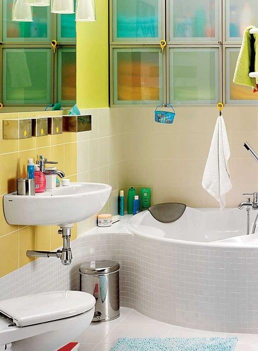 вариант современного дизайна ванной с угловой ванной