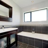 идея современного дизайна ванной с окном фото