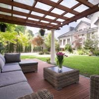 вариант красивого украшения двора частного дома фото