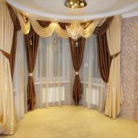вариант красивого декора гостиной комнаты с эркером фото