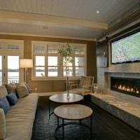 вариант красивого декора гостиной комнаты с камином фото