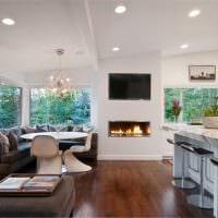 пример яркого интерьера гостиной комнаты с камином фото