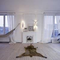 вариант яркого декора гостиной комнаты с камином фото