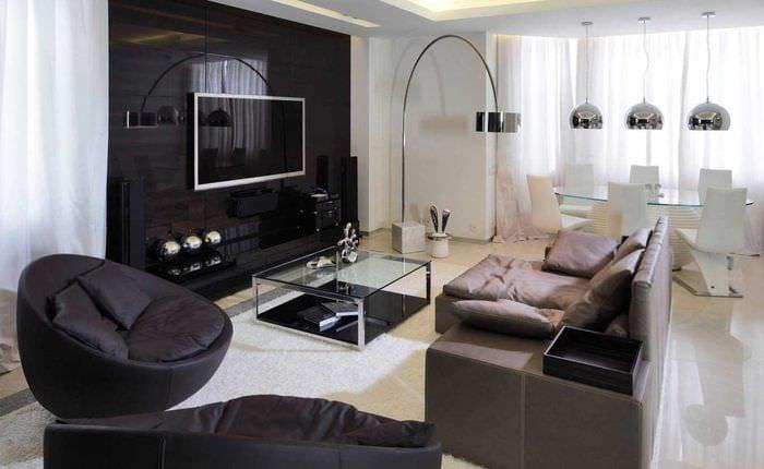 пример яркого дизайна гостиной комнаты с эркером