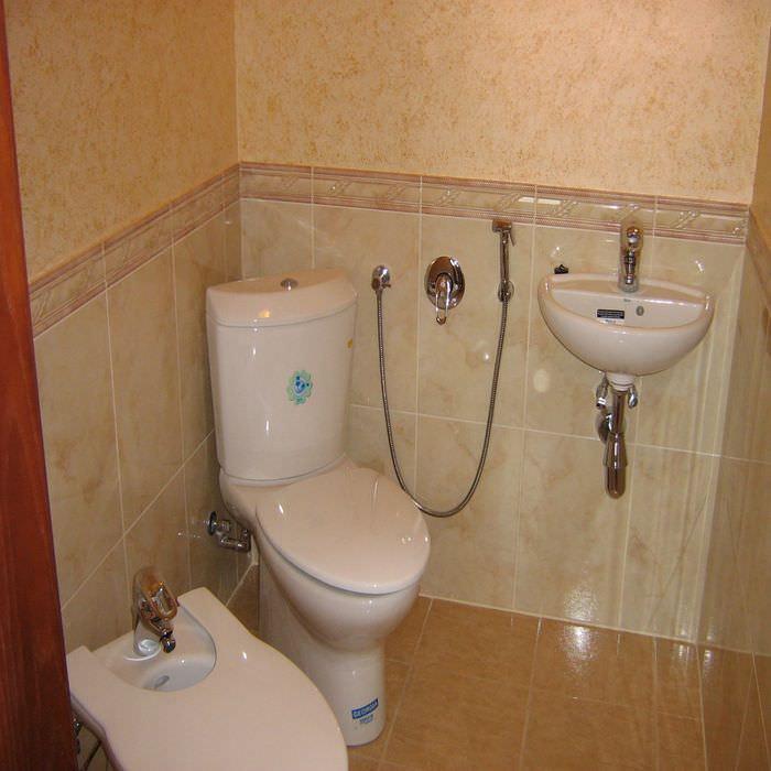пример яркого стиля ванной комнаты в бежевом цвете