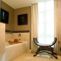 вариант необычного дизайна ванной комнаты с окном картинка
