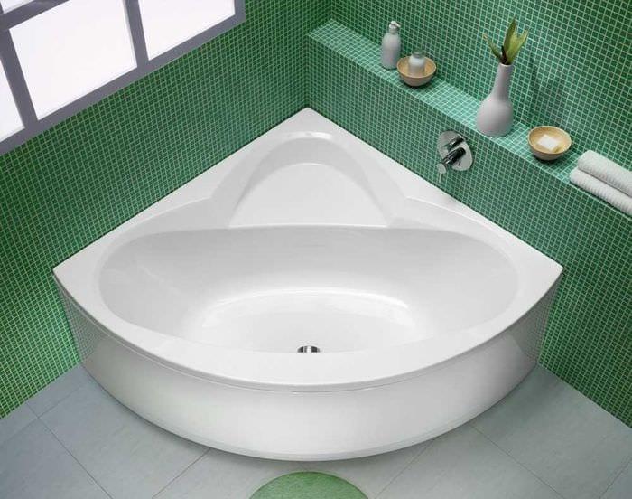 идея яркого стиля ванной с угловой ванной