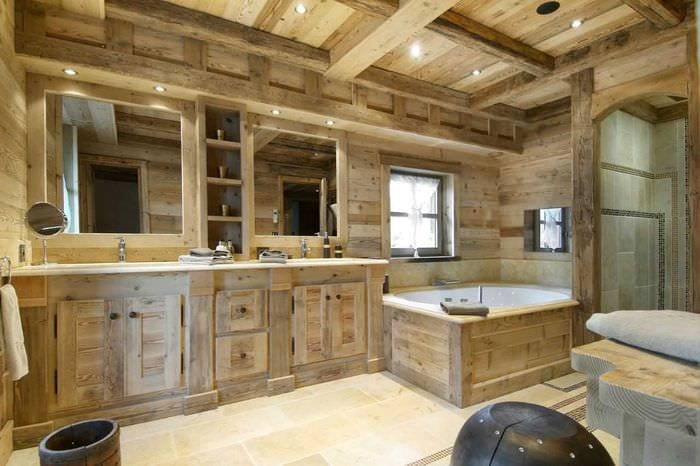 идея яркого дизайна ванной в деревянном доме