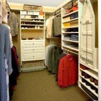 вариант яркого дизайна гардеробной комнаты картинка