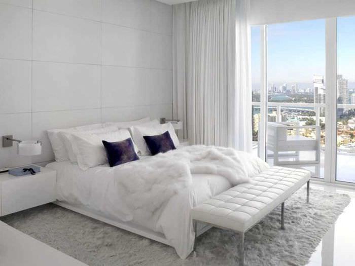 вариант необычного интерьера спальни в белом цвете