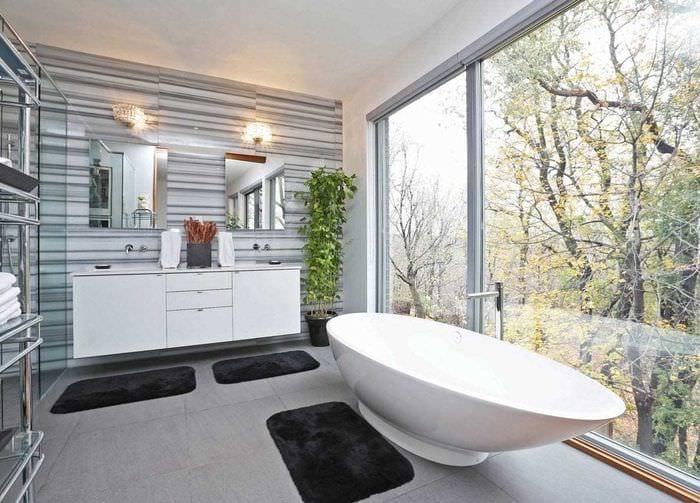 идея яркого интерьера ванной с окном