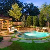вариант современного дизайна двора частного дома картинка