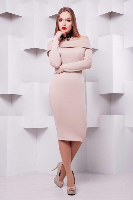 идея использования яркого бежевого цвета в стиле одежды