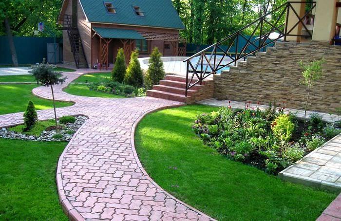 идея использования красивых растений в ландшафтном дизайне дома