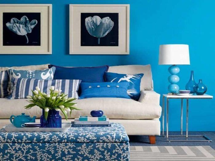 вариант применения яркого голубого цвета в стиле комнаты