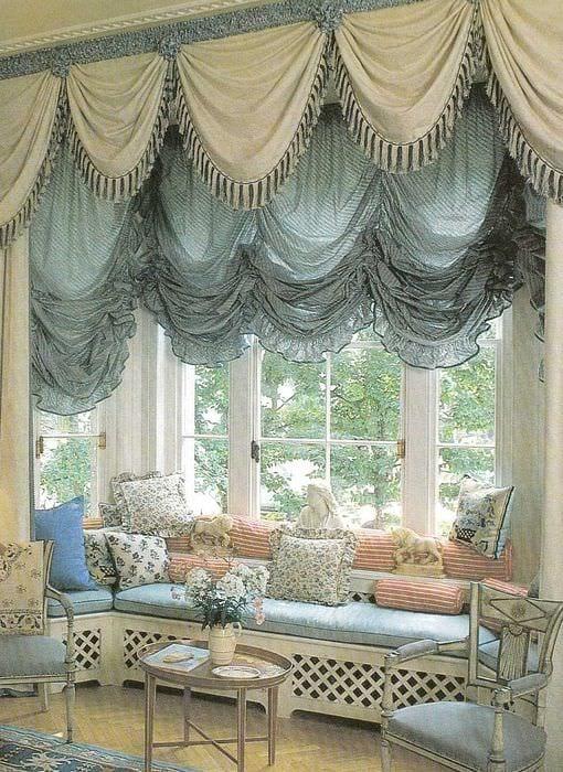 вариант использования современных штор в ярком дизайне квартире