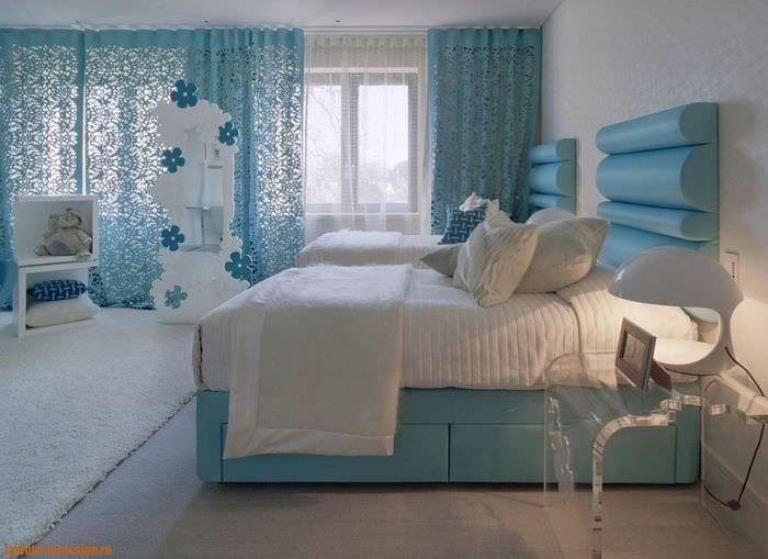 идея применения необычного голубого цвета в стиле квартиры
