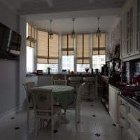 вариант светлого декора кухни с римскими шторами фото
