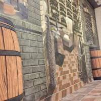 вариант светлого интерьера дома с росписью стен картинка