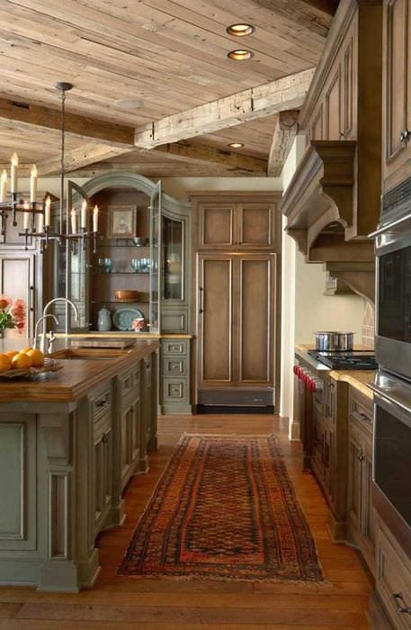вариант необычного интерьера дома в романском стиле