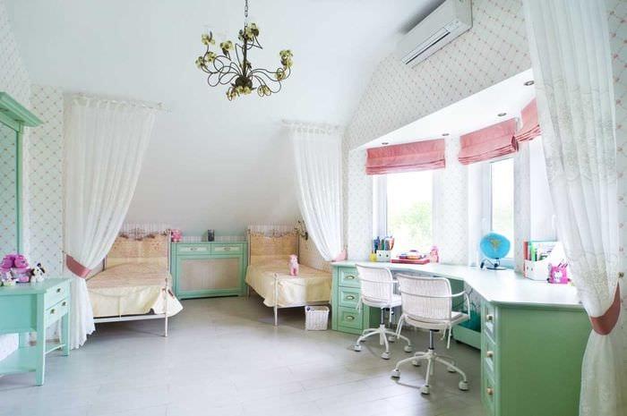 пример необычного стиля детской комнаты для двоих девочек