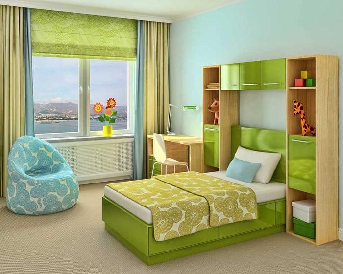 идея яркого стиля гостиной с римскими шторами