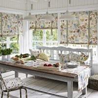 идея необычного стиля детской с римскими шторами картинка