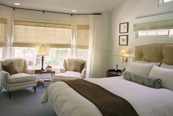 вариант яркого дизайна спальни с римскими шторами