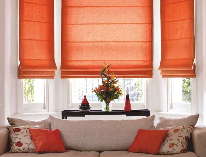вариант красивого декора спальни с римскими шторами