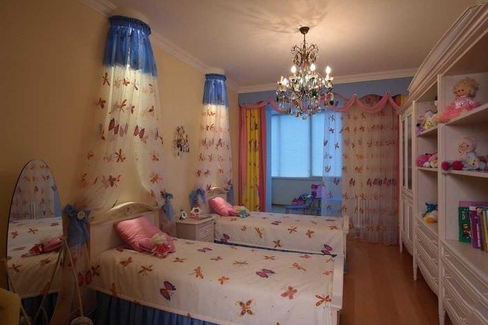 пример светлого стиля детской комнаты для двоих девочек