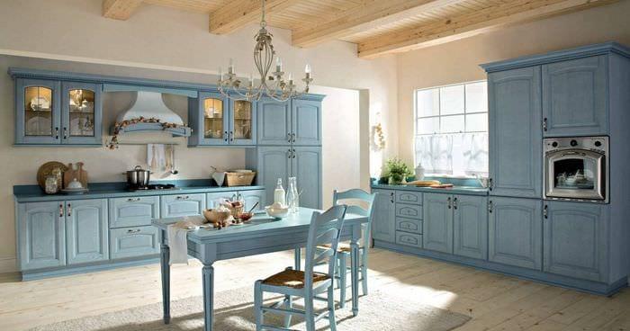 идея применения яркого голубого цвета в дизайне квартиры