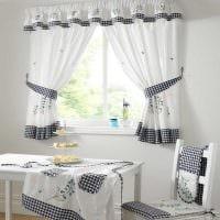 идея использования современных штор в ярком дизайне комнате картинка