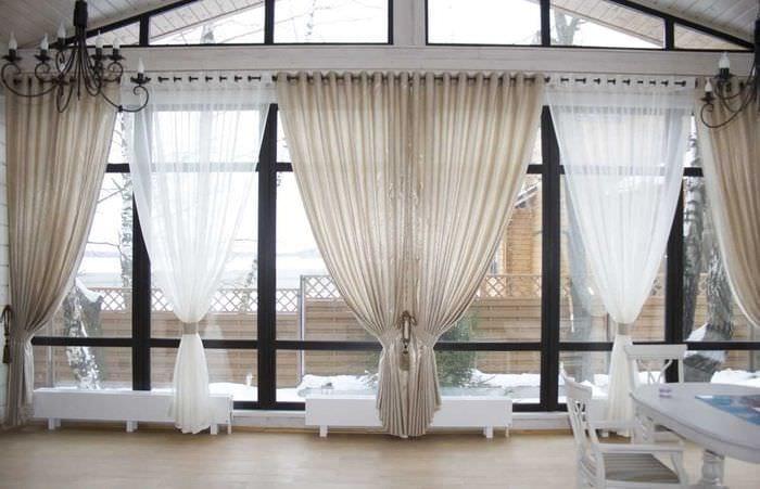 вариант использования современных штор в красивом декоре комнате