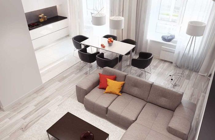 вариант использования светлого ламината в необычном декоре квартиры