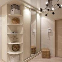 вариант использования светлого ламината в ярком декоре квартиры картинка