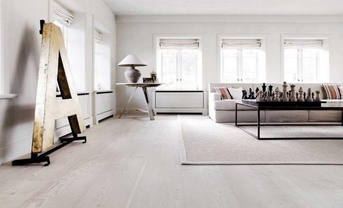 вариант использования светлого ламината в красивом интерьере дома
