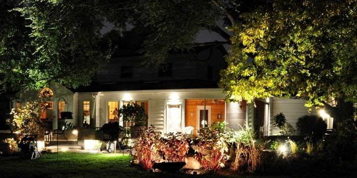 вариант использования светового дизайна в ярком декоре дома