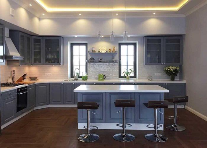 вариант использования светлого интерьера кухни