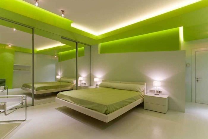 вариант использования зеленого цвета в ярком интерьере комнаты