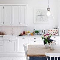 пример яркого декора кухни 8 кв.м фото