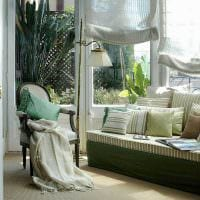 идея светлого стиля гостиной с римскими шторами фото