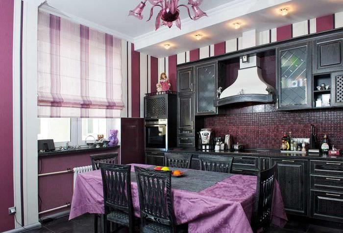 идея светлого стиля гостиной с римскими шторами