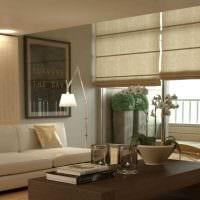 вариант светлого дизайна гостиной с римскими шторами картинка