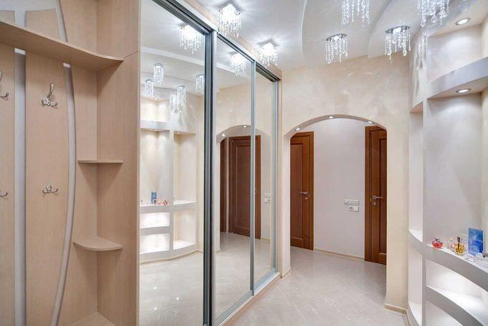 идея яркого декора современной прихожей комнаты