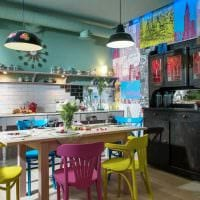 пример яркого декора кухни 14 кв.м фото